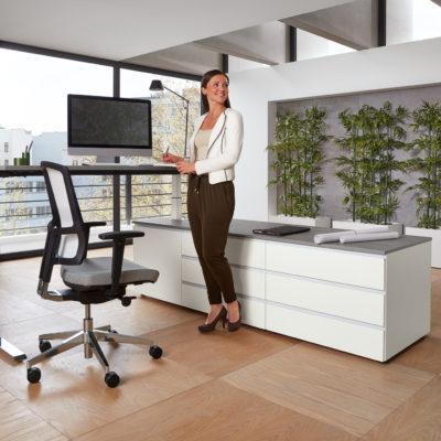 Arbeitsplatz Milieu Stehtisch Bürodrehstuhl